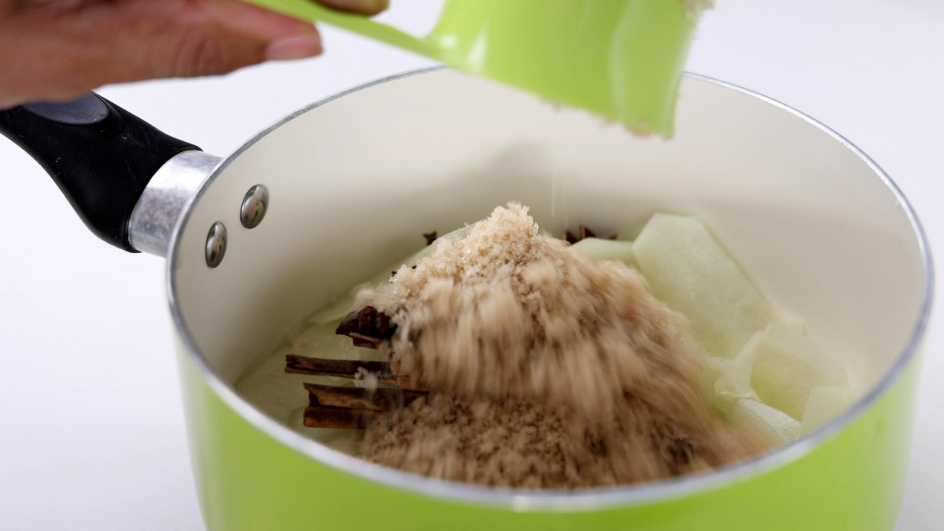 Agregando azúcar a la olla