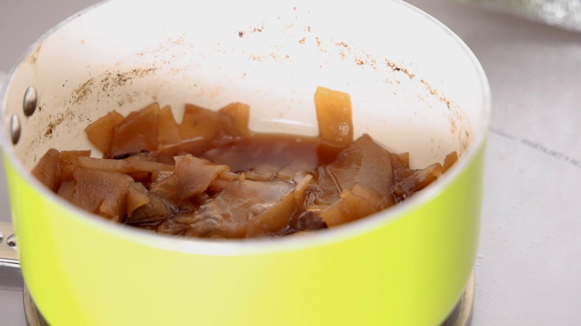 Dulce de tayota en almibar listo para enfriar