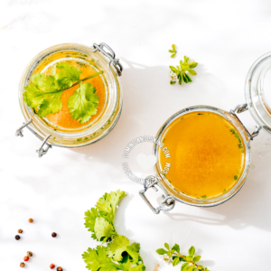 Como Hacer Caldo de Vegetales Casero in pitcher and jars
