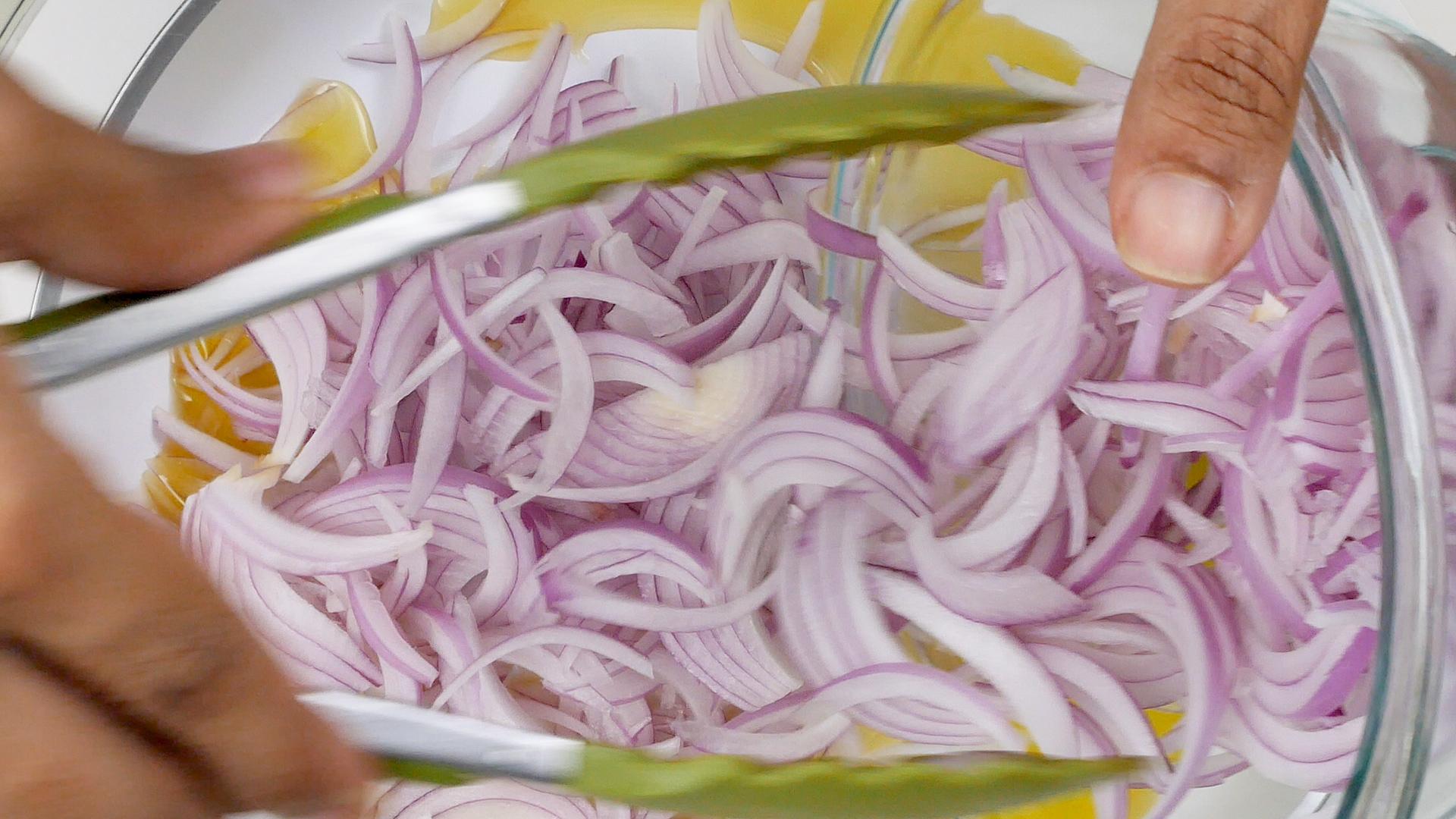 Agregando cebolla a la sartén