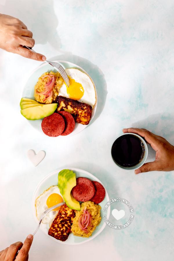 Los tres golpes, desayuno dominicano